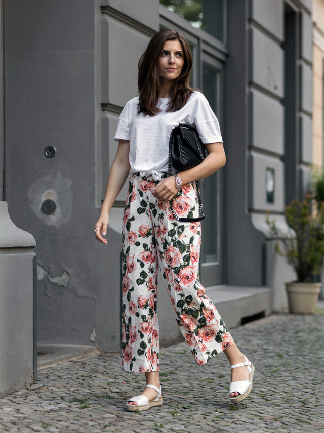 summer-florals-espadrilles-white-tee-knotted-tee-bold-florals-floral-pants-printed-pants-simple-et-chic-640x856.jpg